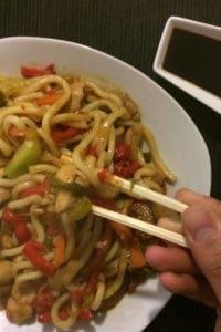 yaki udon con verduras y pollo