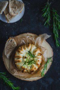queso camembert con hojaldre al horno