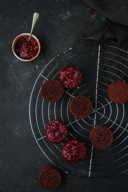 bizcochos de chocolate individuales con mermelada
