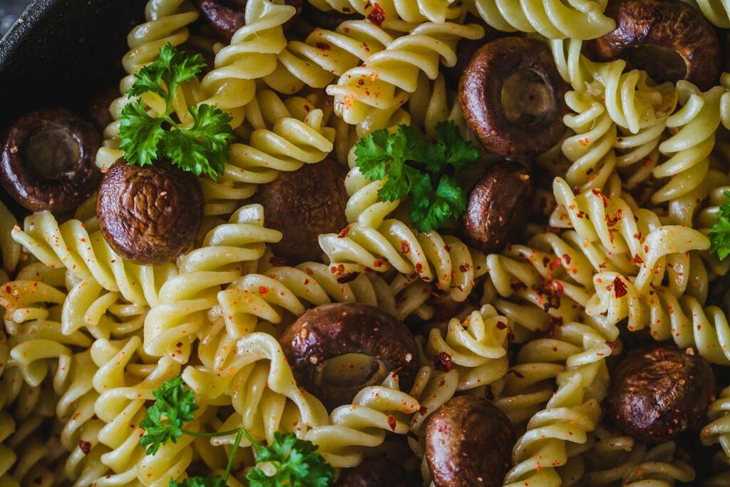 Pasta-con-ajos-y-champiñones