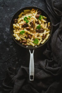 Receta-de-pasta-con-ajos-y-champiñones